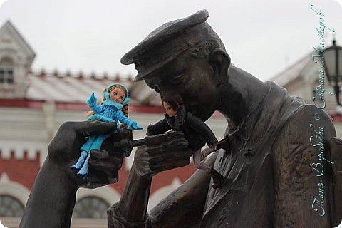 . Сегодня мы решили прогуляться по родному и любимому городу Екатеринбургу. Посвящается наша прогулка скульптурам нашего города. В Екатеринбурге очень много памятников, скульптур, стелл, мемориалов . Хотим познакомить вас с его малыми архитектурными формами, поскольку они весьма интересны и охватывают все стороны человеческой жизни: эмоции, профессии, технику, географию, литературных и кино героев, любимых певцов, братьев наших меньших и т.д.  Начнем мы наше знакомство с вокзала нашего города.Это старое здание нашего вокзала давно ставшее музеем. фото 13
