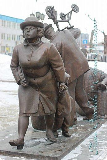 . Сегодня мы решили прогуляться по родному и любимому городу Екатеринбургу. Посвящается наша прогулка скульптурам нашего города. В Екатеринбурге очень много памятников, скульптур, стелл, мемориалов . Хотим познакомить вас с его малыми архитектурными формами, поскольку они весьма интересны и охватывают все стороны человеческой жизни: эмоции, профессии, технику, географию, литературных и кино героев, любимых певцов, братьев наших меньших и т.д.  Начнем мы наше знакомство с вокзала нашего города.Это старое здание нашего вокзала давно ставшее музеем. фото 4