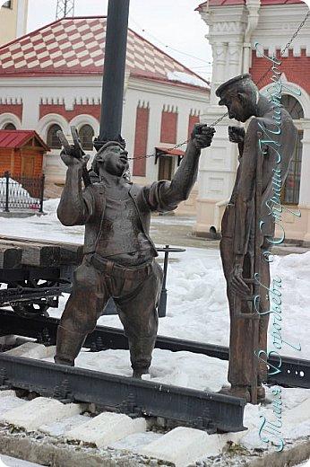 . Сегодня мы решили прогуляться по родному и любимому городу Екатеринбургу. Посвящается наша прогулка скульптурам нашего города. В Екатеринбурге очень много памятников, скульптур, стелл, мемориалов . Хотим познакомить вас с его малыми архитектурными формами, поскольку они весьма интересны и охватывают все стороны человеческой жизни: эмоции, профессии, технику, географию, литературных и кино героев, любимых певцов, братьев наших меньших и т.д.  Начнем мы наше знакомство с вокзала нашего города.Это старое здание нашего вокзала давно ставшее музеем. фото 11