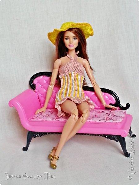"""""""Готовь сани летом"""" - это про нашу Эмму. Она любит всё планировать заранее. Вот и к отпуску она решила приготовиться уже сейчас. А мы ей в этом немного помогли.)))  Эмма собирается посетить небольшой курорт у моря. Для прогулок по городу у нее теперь есть яркое желтое платье-бандо и шляпка. фото 12"""