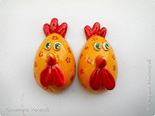 Отличная идея создать такую радость с детишками.  Яйцо из гипса.В качестве формы использовала пластиковые контейнеры от КиндерДжой. фото 4