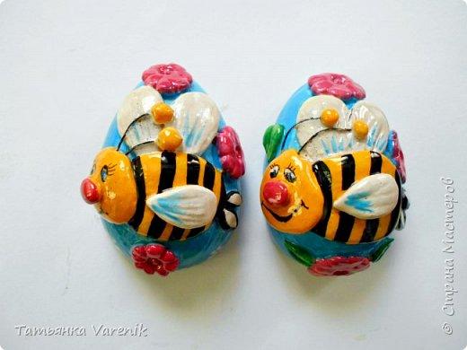 Отличная идея создать такую радость с детишками.  Яйцо из гипса.В качестве формы использовала пластиковые контейнеры от КиндерДжой. фото 8