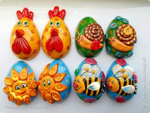 Отличная идея создать такую радость с детишками.  Яйцо из гипса.В качестве формы использовала пластиковые контейнеры от КиндерДжой. фото 2