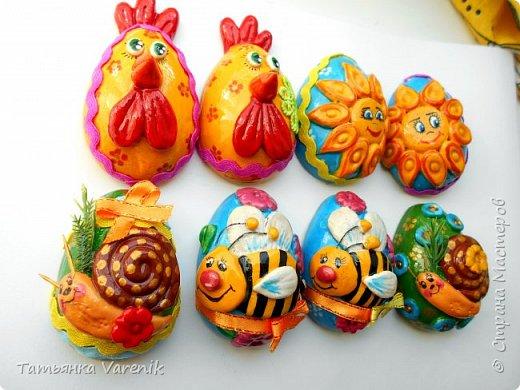 Отличная идея создать такую радость с детишками.  Яйцо из гипса.В качестве формы использовала пластиковые контейнеры от КиндерДжой. фото 3