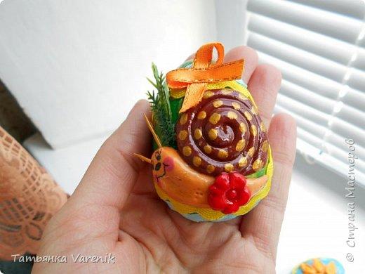 Отличная идея создать такую радость с детишками.  Яйцо из гипса.В качестве формы использовала пластиковые контейнеры от КиндерДжой. фото 12