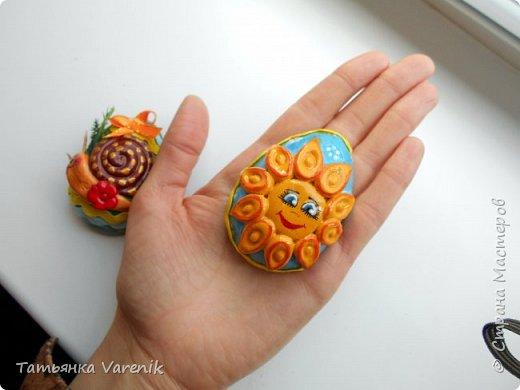 Отличная идея создать такую радость с детишками.  Яйцо из гипса.В качестве формы использовала пластиковые контейнеры от КиндерДжой. фото 13