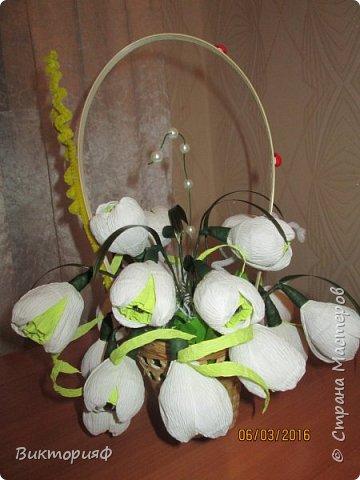 Летом пробовала делать футбольный мяч и ручку из конфет. Сегодня добралась до цветочков. Моя первая корзинка на 8 марта в подарок хорошему человечку. фото 2