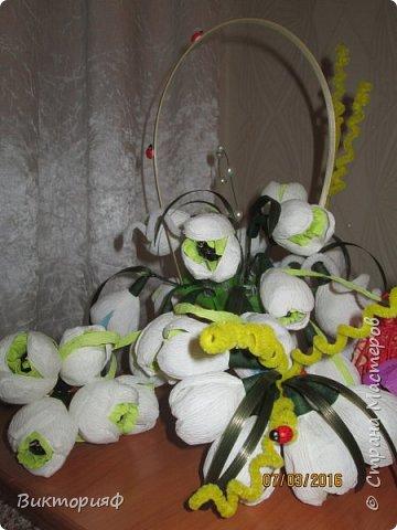 Летом пробовала делать футбольный мяч и ручку из конфет. Сегодня добралась до цветочков. Моя первая корзинка на 8 марта в подарок хорошему человечку. фото 5