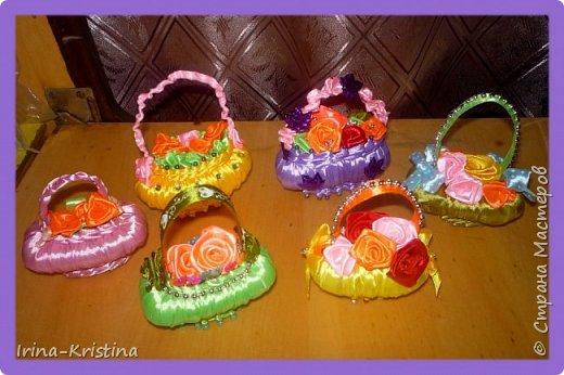 Для корзиночек нужны портновские булавки с цветными кончиками, мыло, атласные ленты, бусины,пайетки, стразы по желанию. фото 9