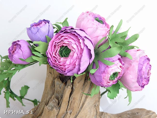 Здравствуйте! Как всегда я с цветами. ))))))   На душу уже весна, и в преддверии международного женского дня спешу поздравить всех милых дам с праздником!  Желаю Вам здоровья, счастья, удачи, творческого вдохновения, душевного тепла и доброты! Пусть у Вас всегда будет хорошее настроение! Мира и добра в вашим семьям!  А теперь приглашаю Вас к просмотру.  Первым покрасуется венок с ранункулюсами из корейского фоамирана. фото 2