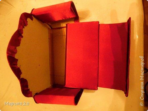 Что то много куколок стало в нашем доме и даже 2 двуспальные кукольные кровати и двухъярусная детская кроватка не в силах всех уместить. Расширять дом я не планировала, так, что придется выкручиваться как то по другому. И Куколки решили купить Раскладной ДВУСПАЛЬНЫЙ ДИВАН и поставить его в гостиную вместо старого.  фото 21