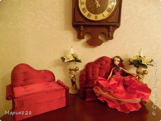 Что то много куколок стало в нашем доме и даже 2 двуспальные кукольные кровати и двухъярусная детская кроватка не в силах всех уместить. Расширять дом я не планировала, так, что придется выкручиваться как то по другому. И Куколки решили купить Раскладной ДВУСПАЛЬНЫЙ ДИВАН и поставить его в гостиную вместо старого.  фото 26