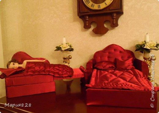 Что то много куколок стало в нашем доме и даже 2 двуспальные кукольные кровати и двухъярусная детская кроватка не в силах всех уместить. Расширять дом я не планировала, так, что придется выкручиваться как то по другому. И Куколки решили купить Раскладной ДВУСПАЛЬНЫЙ ДИВАН и поставить его в гостиную вместо старого.  фото 28