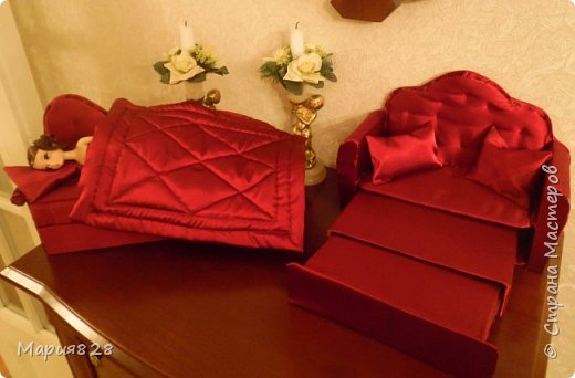 Что то много куколок стало в нашем доме и даже 2 двуспальные кукольные кровати и двухъярусная детская кроватка не в силах всех уместить. Расширять дом я не планировала, так, что придется выкручиваться как то по другому. И Куколки решили купить Раскладной ДВУСПАЛЬНЫЙ ДИВАН и поставить его в гостиную вместо старого.  фото 27