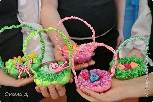 Наши мыльные корзиночки для мам. Плетение самое простое, чтобы дети справились. Украшали по-разному. Кто-то сделал розочки из лент, а кто-то покупные цветы и бабочки вставил. фото 1