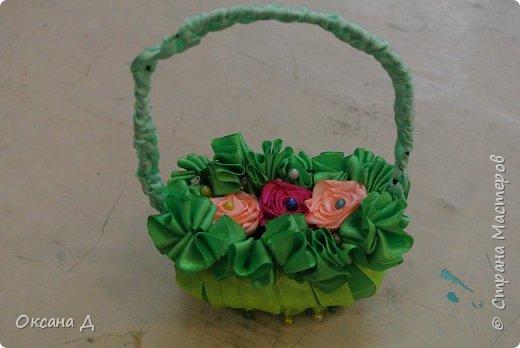 Наши мыльные корзиночки для мам. Плетение самое простое, чтобы дети справились. Украшали по-разному. Кто-то сделал розочки из лент, а кто-то покупные цветы и бабочки вставил. фото 4