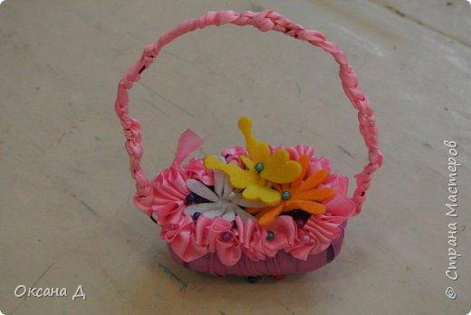 Наши мыльные корзиночки для мам. Плетение самое простое, чтобы дети справились. Украшали по-разному. Кто-то сделал розочки из лент, а кто-то покупные цветы и бабочки вставил. фото 5