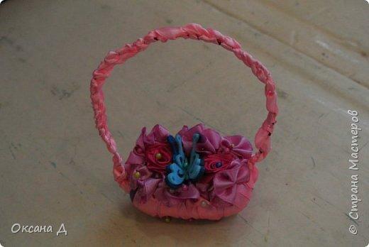 Наши мыльные корзиночки для мам. Плетение самое простое, чтобы дети справились. Украшали по-разному. Кто-то сделал розочки из лент, а кто-то покупные цветы и бабочки вставил. фото 3