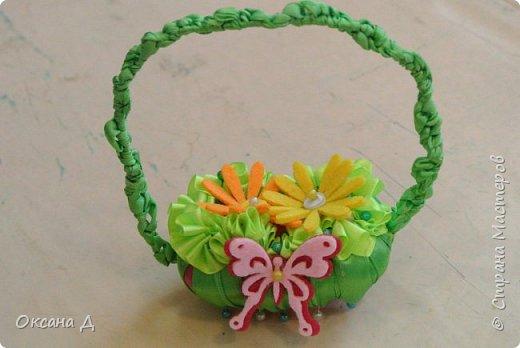 Наши мыльные корзиночки для мам. Плетение самое простое, чтобы дети справились. Украшали по-разному. Кто-то сделал розочки из лент, а кто-то покупные цветы и бабочки вставил. фото 2