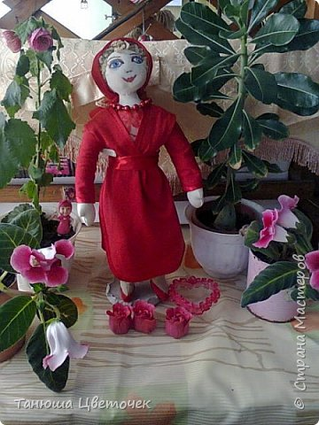 Поздравляю Всех женщин с 8 марта! Вот такой  подарок я сшила внучке на подарок.  Зовут её Роза, и она родилась на 8 марта . Милая Розочка, тебя милее нет, Ты обаятельна, мила, красива, не секрет, Не зря цветочное имя выбрали тебе, Пусть будет всё отлично в твоей судьбе. Пусть каждый день радует тебя, Пускай удачной будет судьба твоя, Как роза алая всегда цвети, Пусть будет всё отлично на твоём пути. © http://www.pozdravik.ru/imena/roza  фото 1