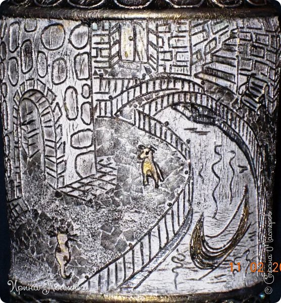 Мне приснился город без названья: Мост, река, бульвар, фонарь и двор… То ли блажь, то ль явь, то ли мечтанье, То ль забытый старый разговор…  Мне хотелось заглянуть в окошко И пройтись по гулкой мостовой, На скамейке посидеть немножко, Помурлыкать с кошкой дворовОй…  Позвонить друзьям. А после встречи Прокатиться в лодке по реке. А когда наступит теплый вечер, С городом проститься налегке.  Был тот город в жизни, не был может, Только не пойму я до сих пор, От чего печалью сердце гложут Мост, река, бульвар, фонарь и двор…?  В каком времени тот город затерялся? Иль в пространстве? Иль в других мирах? Просто он мечтой в душе остался, Дорогой, неявленный мираж… фото 5