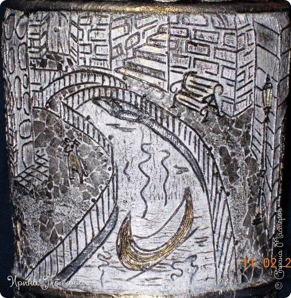 Мне приснился город без названья: Мост, река, бульвар, фонарь и двор… То ли блажь, то ль явь, то ли мечтанье, То ль забытый старый разговор…  Мне хотелось заглянуть в окошко И пройтись по гулкой мостовой, На скамейке посидеть немножко, Помурлыкать с кошкой дворовОй…  Позвонить друзьям. А после встречи Прокатиться в лодке по реке. А когда наступит теплый вечер, С городом проститься налегке.  Был тот город в жизни, не был может, Только не пойму я до сих пор, От чего печалью сердце гложут Мост, река, бульвар, фонарь и двор…?  В каком времени тот город затерялся? Иль в пространстве? Иль в других мирах? Просто он мечтой в душе остался, Дорогой, неявленный мираж… фото 6