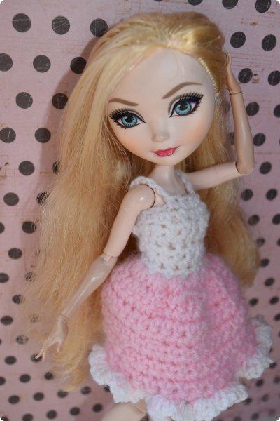 """Всем  привет с вами Пупсик 999 ! И я открываю серию мастер классов по вязанию """"Вязать легко и просто """".Сегодня мы свяжем это нежное и простое платье для куклы Эвер Афтер Хай .Ищешь подарок для своей куклы на 8 марта или хотешь просто обрадовать ? Тогда тебе суда !   фото 31"""