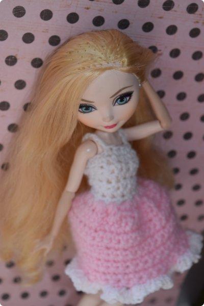 """Всем  привет с вами Пупсик 999 ! И я открываю серию мастер классов по вязанию """"Вязать легко и просто """".Сегодня мы свяжем это нежное и простое платье для куклы Эвер Афтер Хай .Ищешь подарок для своей куклы на 8 марта или хотешь просто обрадовать ? Тогда тебе суда !   фото 33"""