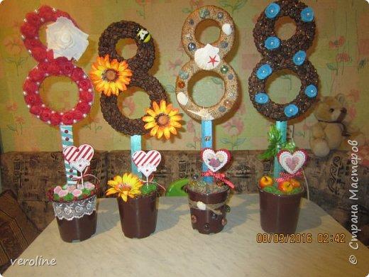 Здравствуйте! Всех женщин, девушек, девочек, хочу поздравить с нашим прекрасным весенним праздником! Чтоб все были здоровы, дома царил уют, любовь и гармония! Всем успехов в творческих делах!!!)))))  Идею увидела летом у Мокси Оксаны http://stranamasterov.ru/node/733385 Основа восьмерок - картон, 2 склееные цифры в каждом топике, держатся на деревянных линейках. Высота каждого 57 см. фото 1