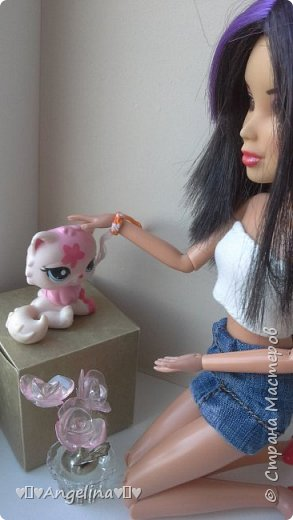 Я пошила белый топ и джинсовую юбку для своих кукол Лив.  Мне помогала мама.  фото 5