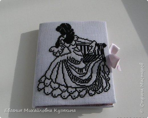 Это моя вторая игольница-книжка. Попросила её сделать себе в подарок  знакомая, увидев мою первую. МК первой можно посмотреть, пройдя по ссылке: http://www.passionforum.ru/posts/31946-igolnica-knizhka.html фото 1