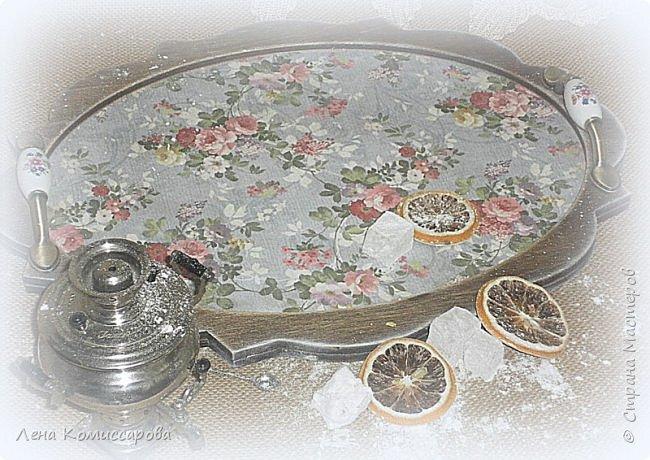 """Набор для кухни """"Сладкий чай"""". В набор входит: поднос, чайный домик, панно-вешалка. Работа выполнена в стиле прованс с эффектом состаривания. Деликатные набрызги придают работе дух прошлого времени и уют сегодняшних дней. В качестве декора использованы металлические ручки с фарфоровыми вставками и росписью, а также хлопковая тесьма.  Использована морилка на водной основе (цвет-палисандр), акриловый лак. В качестве финишной обработки- натуральный воск.  фото 3"""