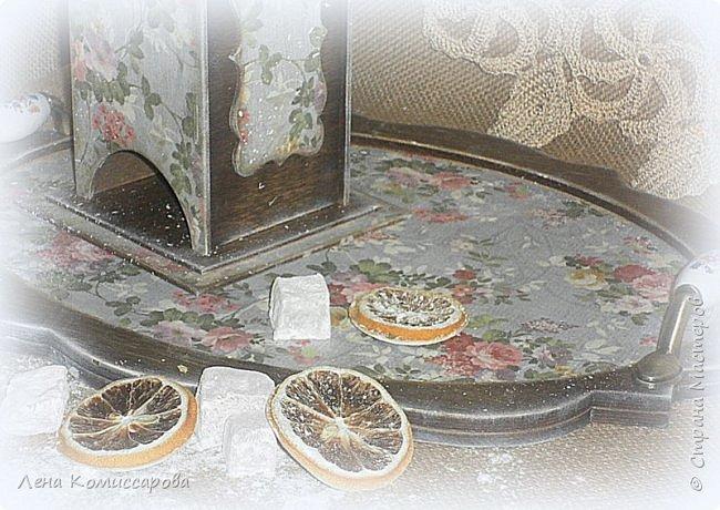 """Набор для кухни """"Сладкий чай"""". В набор входит: поднос, чайный домик, панно-вешалка. Работа выполнена в стиле прованс с эффектом состаривания. Деликатные набрызги придают работе дух прошлого времени и уют сегодняшних дней. В качестве декора использованы металлические ручки с фарфоровыми вставками и росписью, а также хлопковая тесьма.  Использована морилка на водной основе (цвет-палисандр), акриловый лак. В качестве финишной обработки- натуральный воск.  фото 5"""