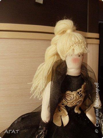 Добрый вечер!!! С весенним днем, с праздником 8 марта, поздравляю всех мастериц ! Желаю крепкого здоровья, творческих идей и успехов!!!  Представляю  свою новою работу - куклу Тильдочку.  На этот раз она у меня - блондинка в черном платье. фото 7
