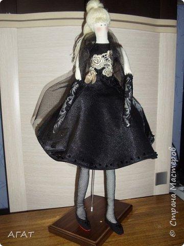 Добрый вечер!!! С весенним днем, с праздником 8 марта, поздравляю всех мастериц ! Желаю крепкого здоровья, творческих идей и успехов!!!  Представляю  свою новою работу - куклу Тильдочку.  На этот раз она у меня - блондинка в черном платье. фото 2