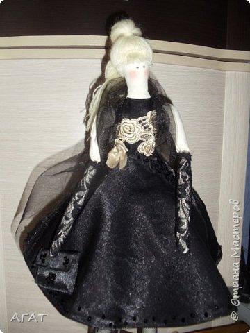 Добрый вечер!!! С весенним днем, с праздником 8 марта, поздравляю всех мастериц ! Желаю крепкого здоровья, творческих идей и успехов!!!  Представляю  свою новою работу - куклу Тильдочку.  На этот раз она у меня - блондинка в черном платье. фото 8