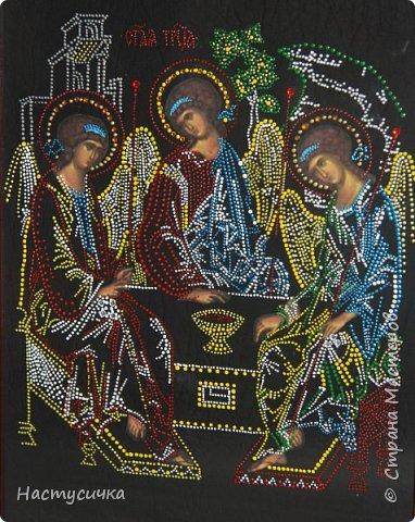 Символ «Троицы» это Бог-Отец, Бог-сын, Бог-Дух Святой, или мудрость, разум, любовь. Одна из трёх главных икон, которые должны быть в каждом доме. Перед иконой молятся о прощении грехов. Она считается исповедальной.      Чудотворная икона Святой живоначальной Троицы написана в XV веке преподоб ным Андреем (Рублевым). Это самая почитаемая святыня Троице-Сергиевой лавры и одна из чудотворных икон России.     К ней приходят с проблемами, которые решают вашу судьбу. За помощью к этой иконе человек обращается, когда окончательно загнан в угол и не находит выхода.     Господь справедлив, но может быть и суров с теми, кто хочет слишком многого для себя и совсем не думает о других. Если ваша просьба преследует какие-то корыстные цели или ущемляет интересы других людей, вы можете только ухудшить свое положение. Перед молитвой Троице нужно разобраться в себе, четко и конкретно сформулировать просьбу. фото 2