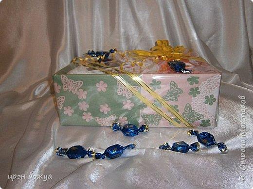 На 8 марта подарки я готовила не только для сына и мужа (на работу), но и для родных. Этот подарок для мамы и младшей сестры (живут вместе).В основе упаковки коробка из под обуви,которая была обернута бумажными обоями(куплены на распродаже по 5р за рулон). Украсила дырокольными бабочками и цветами,сделанных из этих же обоев. Остатки обоев были мелко порезаны и использованы как подложка для подарка. Все завернуто в слюду и оформлено лентами и бантом. фото 1