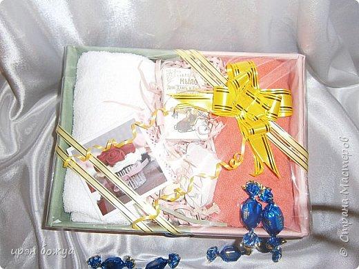 На 8 марта подарки я готовила не только для сына и мужа (на работу), но и для родных. Этот подарок для мамы и младшей сестры (живут вместе).В основе упаковки коробка из под обуви,которая была обернута бумажными обоями(куплены на распродаже по 5р за рулон). Украсила дырокольными бабочками и цветами,сделанных из этих же обоев. Остатки обоев были мелко порезаны и использованы как подложка для подарка. Все завернуто в слюду и оформлено лентами и бантом. фото 4
