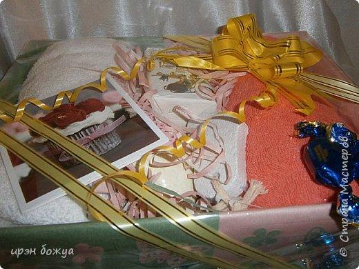 На 8 марта подарки я готовила не только для сына и мужа (на работу), но и для родных. Этот подарок для мамы и младшей сестры (живут вместе).В основе упаковки коробка из под обуви,которая была обернута бумажными обоями(куплены на распродаже по 5р за рулон). Украсила дырокольными бабочками и цветами,сделанных из этих же обоев. Остатки обоев были мелко порезаны и использованы как подложка для подарка. Все завернуто в слюду и оформлено лентами и бантом. фото 5