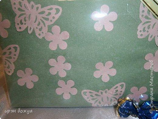 На 8 марта подарки я готовила не только для сына и мужа (на работу), но и для родных. Этот подарок для мамы и младшей сестры (живут вместе).В основе упаковки коробка из под обуви,которая была обернута бумажными обоями(куплены на распродаже по 5р за рулон). Украсила дырокольными бабочками и цветами,сделанных из этих же обоев. Остатки обоев были мелко порезаны и использованы как подложка для подарка. Все завернуто в слюду и оформлено лентами и бантом. фото 2