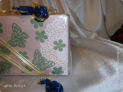 На 8 марта подарки я готовила не только для сына и мужа (на работу), но и для родных. Этот подарок для мамы и младшей сестры (живут вместе).В основе упаковки коробка из под обуви,которая была обернута бумажными обоями(куплены на распродаже по 5р за рулон). Украсила дырокольными бабочками и цветами,сделанных из этих же обоев. Остатки обоев были мелко порезаны и использованы как подложка для подарка. Все завернуто в слюду и оформлено лентами и бантом. фото 3