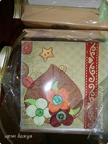 Это заказ мужа для сотрудниц на работе. Для него я сделала блоки для записей в индивидуальной упаковке.Ну и конечно коробка конфет каждой. фото 14