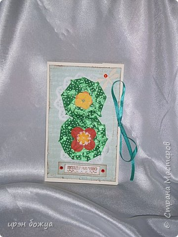 Это открытка родилась спонтанно и сделана была на одном дыхании. В основе восьмерки были использованы две заготовки поздравительных розеток, которые я делала как образец для сестры на день медика. Эти заготовки ей не понравились и я сделала ей другие- разноцветные http://stranamasterov.ru/node/934580 . А эти остались в закромах хомяка. Пока делала подарки для сына и мужа на 8 марта, они попались мне на глаза, причем сами легли в цифру 8. И тут хомяка понесло.... фото 1