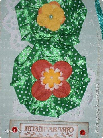 Это открытка родилась спонтанно и сделана была на одном дыхании. В основе восьмерки были использованы две заготовки поздравительных розеток, которые я делала как образец для сестры на день медика. Эти заготовки ей не понравились и я сделала ей другие- разноцветные http://stranamasterov.ru/node/934580 . А эти остались в закромах хомяка. Пока делала подарки для сына и мужа на 8 марта, они попались мне на глаза, причем сами легли в цифру 8. И тут хомяка понесло.... фото 2