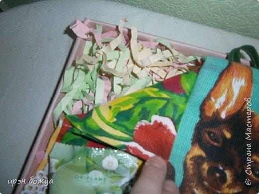 На 8 марта подарки я готовила не только для сына и мужа (на работу), но и для родных. Этот подарок для мамы и младшей сестры (живут вместе).В основе упаковки коробка из под обуви,которая была обернута бумажными обоями(куплены на распродаже по 5р за рулон). Украсила дырокольными бабочками и цветами,сделанных из этих же обоев. Остатки обоев были мелко порезаны и использованы как подложка для подарка. Все завернуто в слюду и оформлено лентами и бантом. фото 8