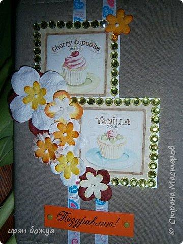 Это вторая открытка сшитая мной из детской футболки. В работе использованы карточки,стразы,цветочки, Внутри имеются наклейки пирожных. фото 2