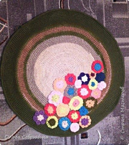Вот такой коврик я связала крючком. Цветочки связаны отдельно, по краям - листочки. Диаметр - 60 см фото 3