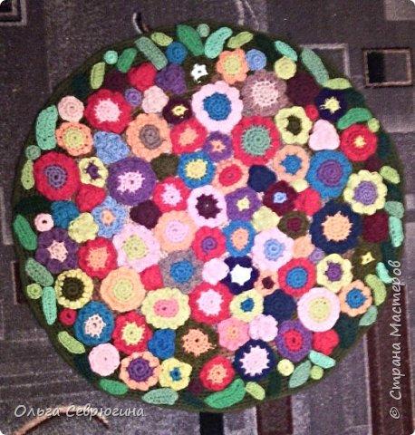 Вот такой коврик я связала крючком. Цветочки связаны отдельно, по краям - листочки. Диаметр - 60 см фото 1