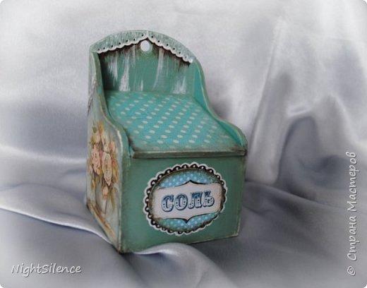 Здравствуйте, дорогие мастерицы! Выставляю на ваш строгий суд мое новое изделие) Солонка, делалась моей подруге в подарок. Распечатки, дорисовка, вуалька кисточкой+белый контур, медальон с распечаткой, вокруг контур. фото 2